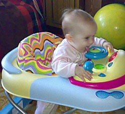 В пять месяцев малыш тянет в рот все