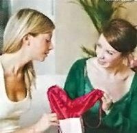 Подруга заваливает подарками, а мне неловко