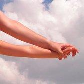 В чем причины появления белых пятнышек на ногтях ребенка?