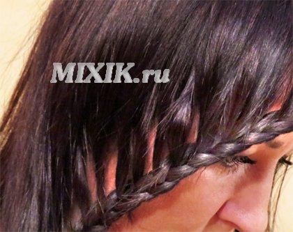 Коса или косичка вдоль лица и распушенных волос