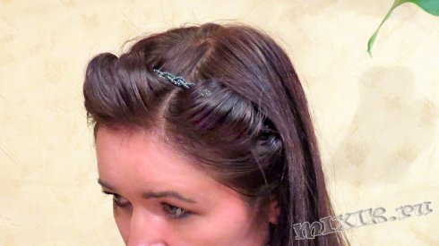 Убираем волосы от лица на челке при помощи ободка-резинки