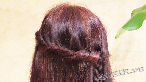 Жгут и коса вдоль распущенных волос